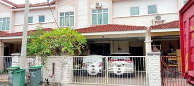 Rumah dengan kemasan lantai pakir(parquet). Dua tingkat dengan 4 bilik