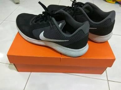 Nike Revolution 3 Nice condition (free pos)