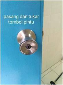 Tukang pasang tombol pintu