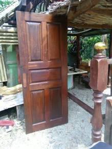 Pintu kayu nyatuh