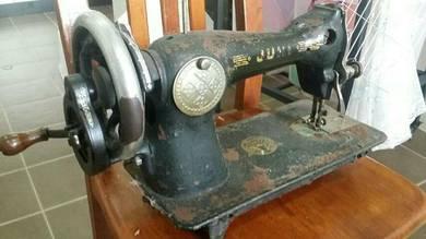 Mesin jahit tangan lama