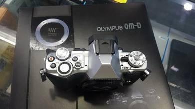 Olympus Em5 mark 2 silver body