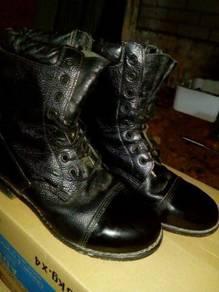 Sepasang boot nk diletgo