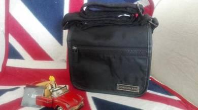 Vtg CALVIN KLEIN sling bag
