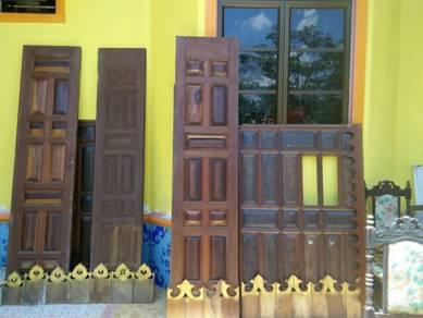 Pintu klasik kayu merbau 3 daun.