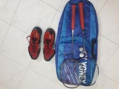 Raket dan kasut badminton