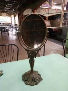 Cermin Tembaga Antik Berkaki