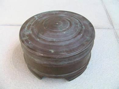 Bekas tembaga bertudung antik buatan tangan