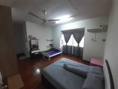 Kota Kemuning Master Bedroom Bilik Sewa aircond lengkap bersih wifi