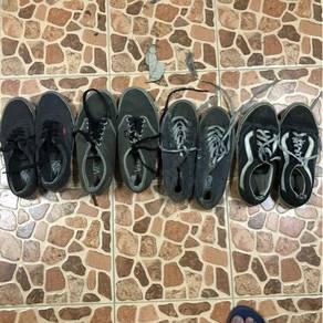 Koleksi kasut Vans untuk dijual.