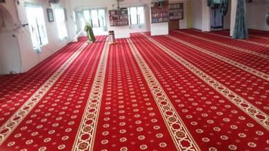 Pasang karpet baru di surau masjid bersaf