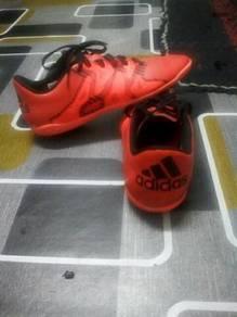 Kasut futsal adidas.(size uk 5)