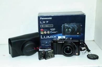 Panasonic lumix LX7 ( f1.4 -2.3)