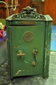 Antique Safe Peti Besi Antik Duit Wang rolex levis