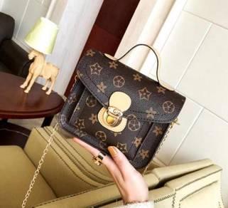 Chains Flap Sling Bag(BLSE 28704)