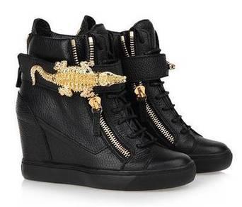 Black high pointed heels shoe