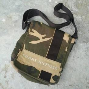 Tommy Hilfiger Camouflage Sling Bag (Saiz M)