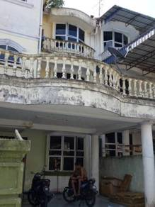 Selling 2 1/2 stories Terrence house at Taman Pulai Utama