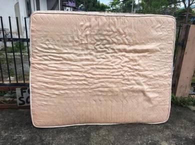 Queen mattress (1125)
