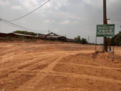 Tanah lapang gambang tepi jalan utama ump