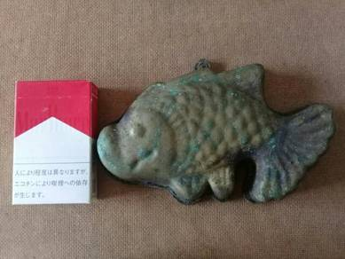 119 Antik acuan tembaga kuih bahulu ikan emas A