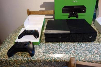Xbox One 1Tb - 2 Controllers - 3 Games