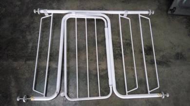 Gate adjustable for kids/pagar untuk kanak kanak