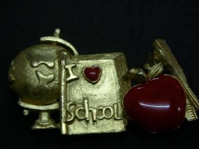 H084 Vintage I love school pin
