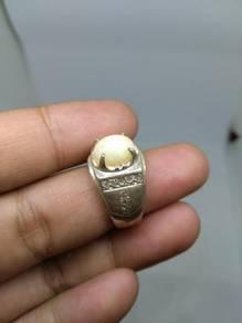Cincin white opal