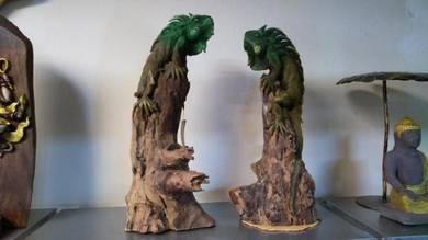 Aipj Iguana wood carving on teak wood