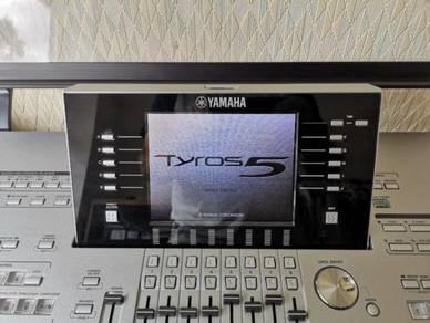 Tyros 5 76 Note Keyboard with speakers