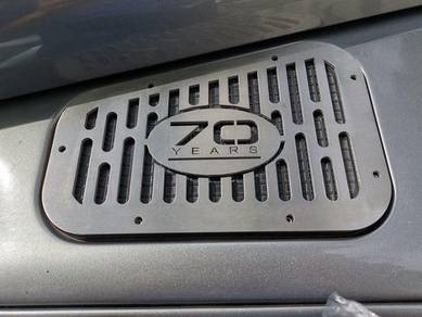 Land Rover Defender Wing Top 70th Aniversary grill