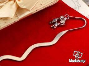 Wedding Gifts - Bookmark With Kissing Couple Charm