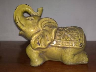 Gajah vintage ceramic elephant statue