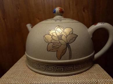 Duan Ni Teapot with gold lotus flower