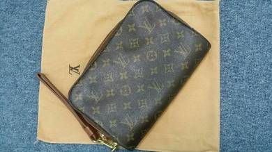 Louis vuiton (lv) cluth bag