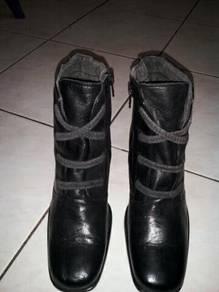Women boots sz6.