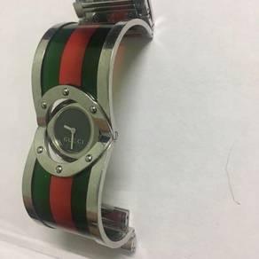 Gucci twirl black dial (YA112417)
