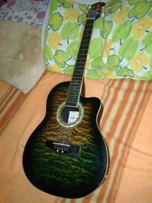 Gitar akustik ingin dijual
