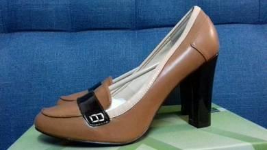 VINNCI Round Toe Pump Heels
