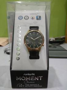 RUNTASTIC Moment Classic Time & Activity Tracking