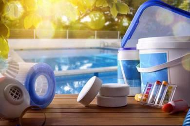 Merawat & membersihkan kolam renang